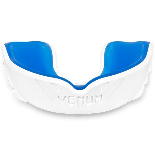 Wit blauwe gebitsbeschermer van Venum challenger.