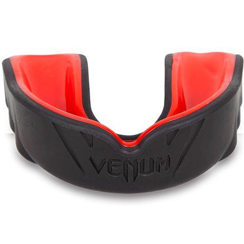 Zwart rode gebitsbeschermer van Venum challenger.