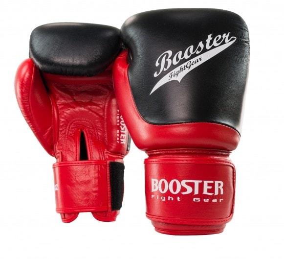 Zwart rode kickbokshandschoenen van Booster, de BGL Slugger 1.