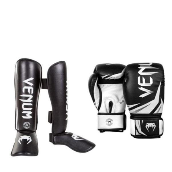Zwart witte bundel van Venum met kickbokshandschoenen en scheenbeschermers.